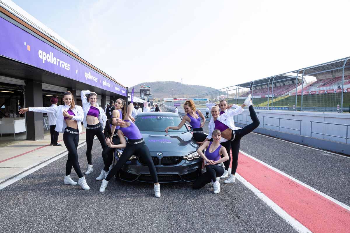 Krásné české hostesky a exkluzivní auta v průběhu velkého incentivního programu pro výrobce pneumatik