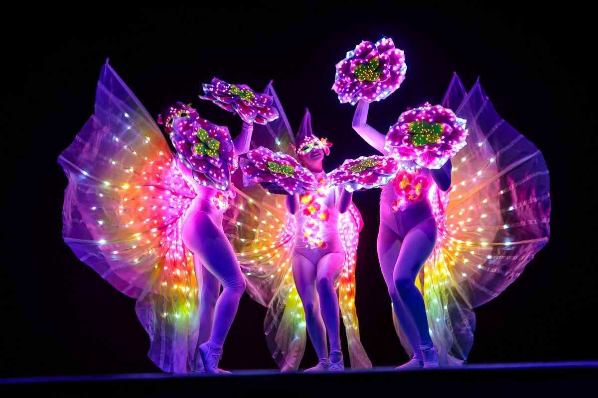 Krásné světelné vystoupení v průběhu korporátního ceremoniálu předávání cen v Praze