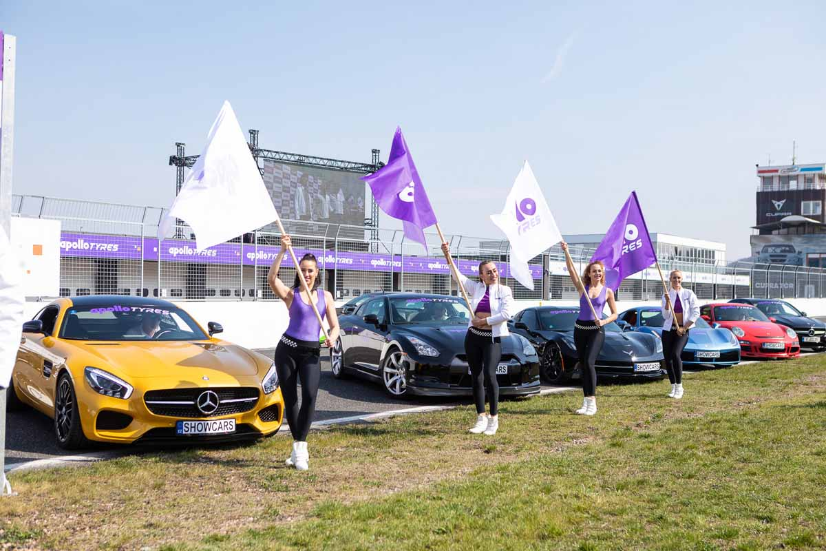 Beautiful hostesses and exclusive cars at the professionally organized incentive event