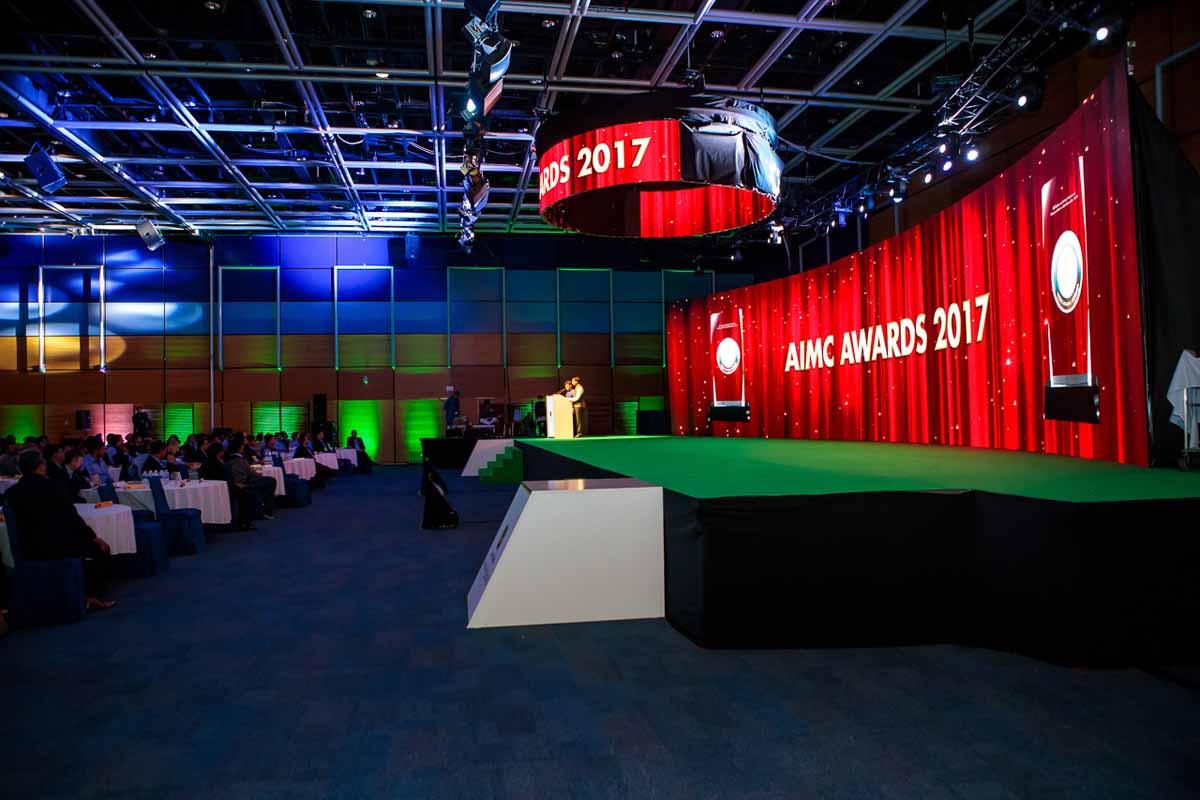 Velké podium pro konferenci a ceremoniál předávání cen v Praze