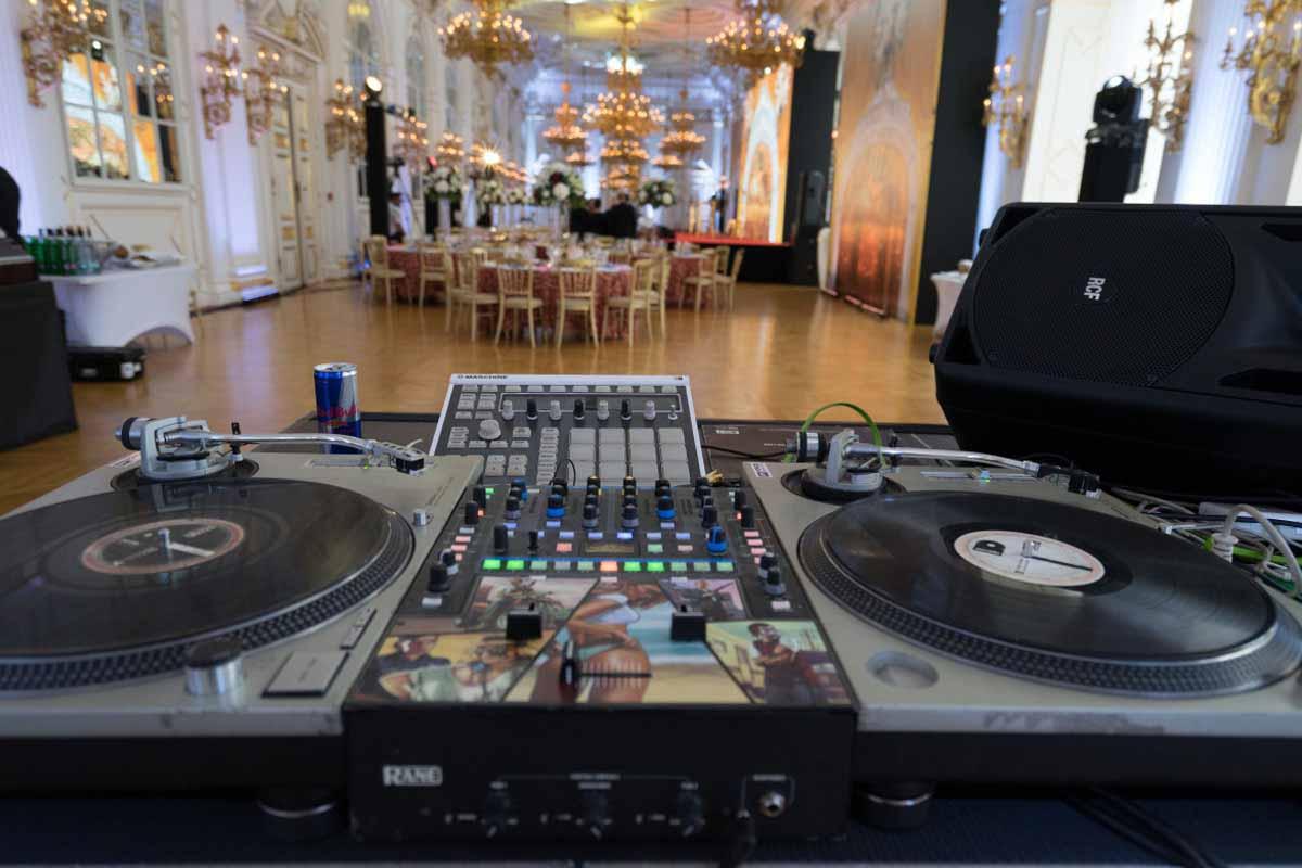 DJ je připravený na příjezd hostů při incentivním zájezdu v Praze