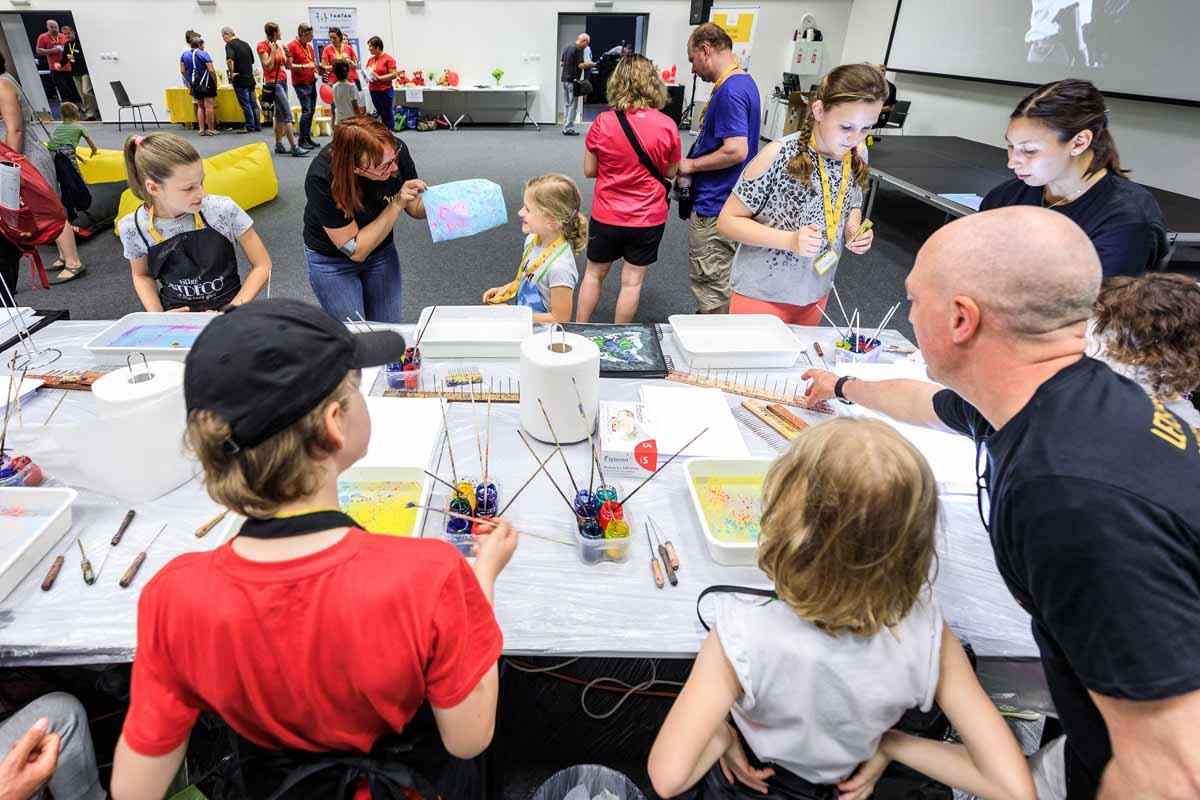 Hoste s detmi na rodinnem dnu profesionalne zorganizovanem v Praze