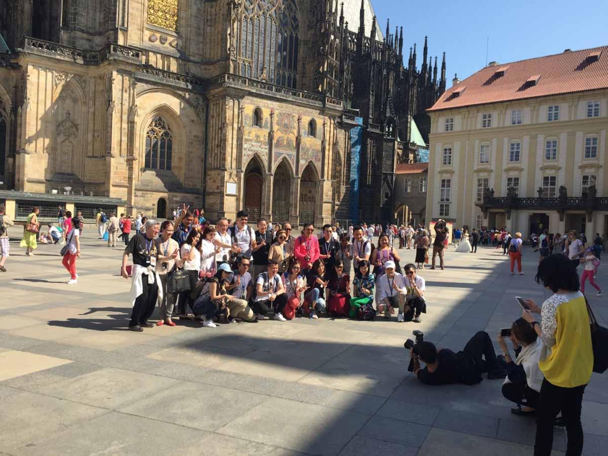 Incentivní skupina z Asie na návštěvě Pražského hradu - součást incentivního programu od Maxin PRAGUE
