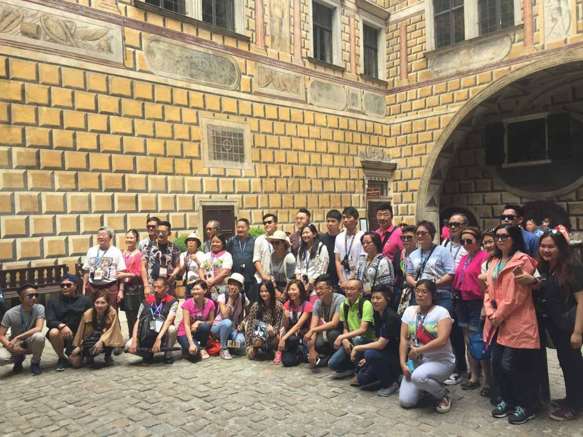 Incentivní skupina z Hong Kongu v průběhu incentivy na Pražském hradě