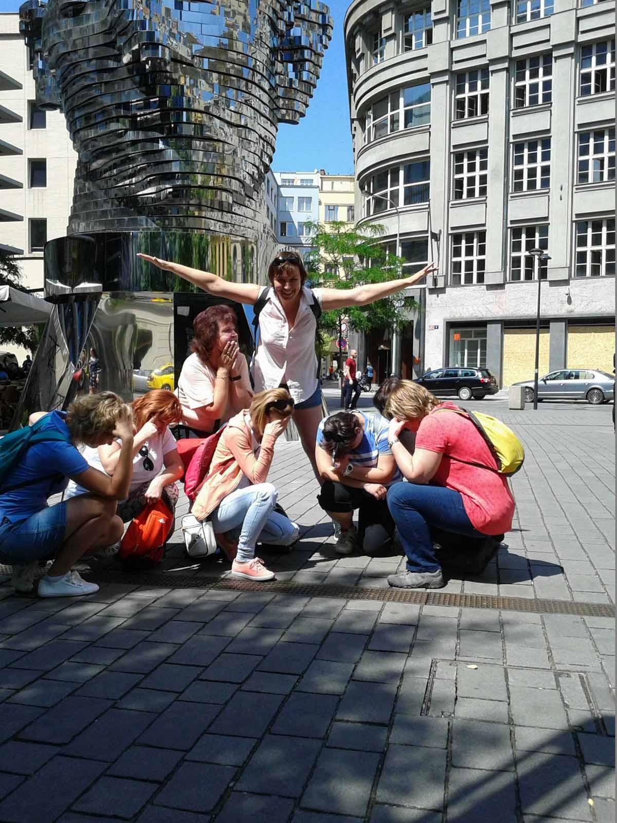 Účastníci při zábavě během teambuildingového programu, který jsme zorganizovali v Praze