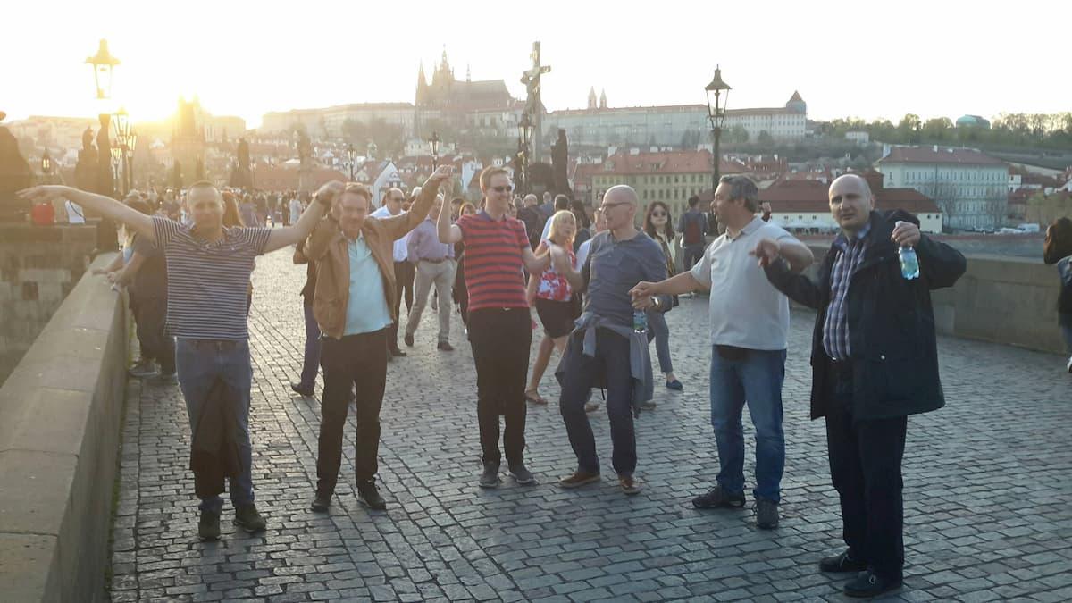Účastníci se baví při teambuildingu - rally ve městě - Catalyst Go Team v Praze