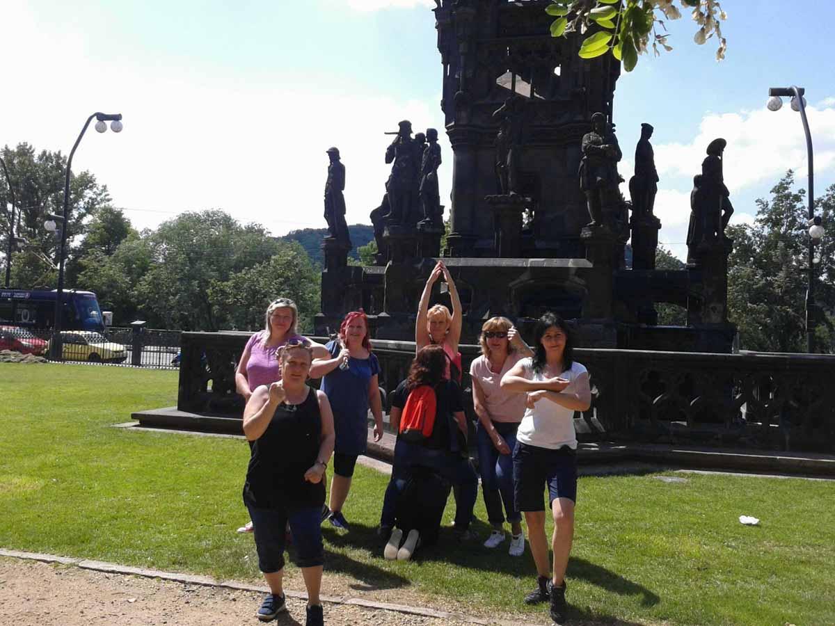 Účastníci high-tech teambuildingu s polaroidovými fotoaparáty zorganizovaném v Praze