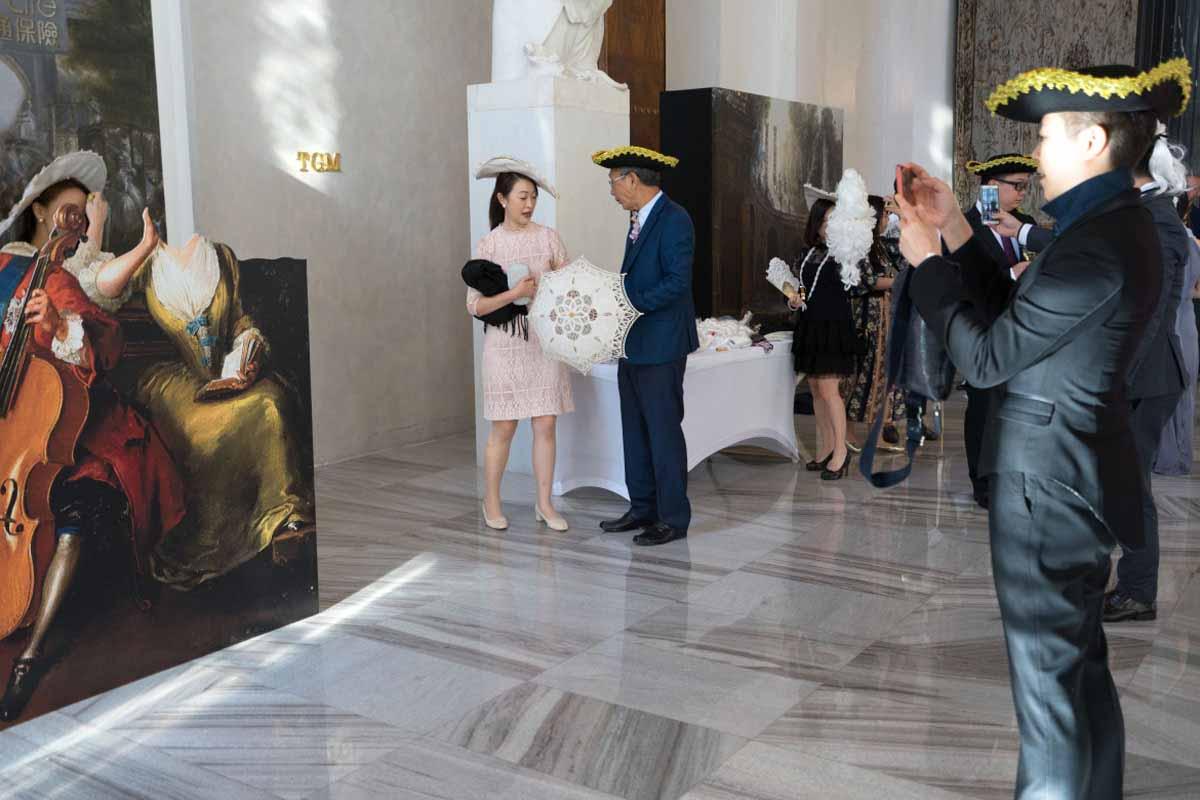 Fotostánek a zábava s historickými kostýmy zorganizovaná pro incentivní program v Praze