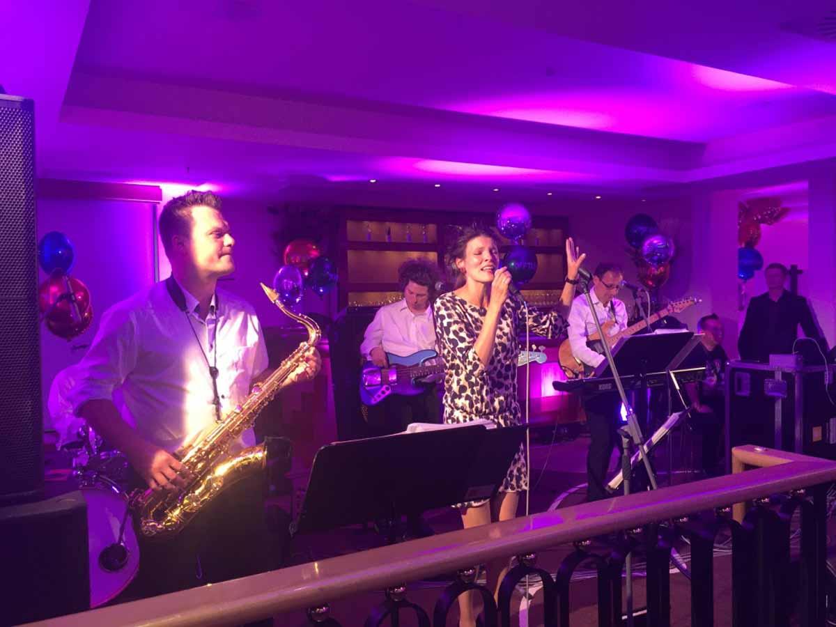 Profesionální hudební skupina baví hosty v průběhu incentivního programu v Praze