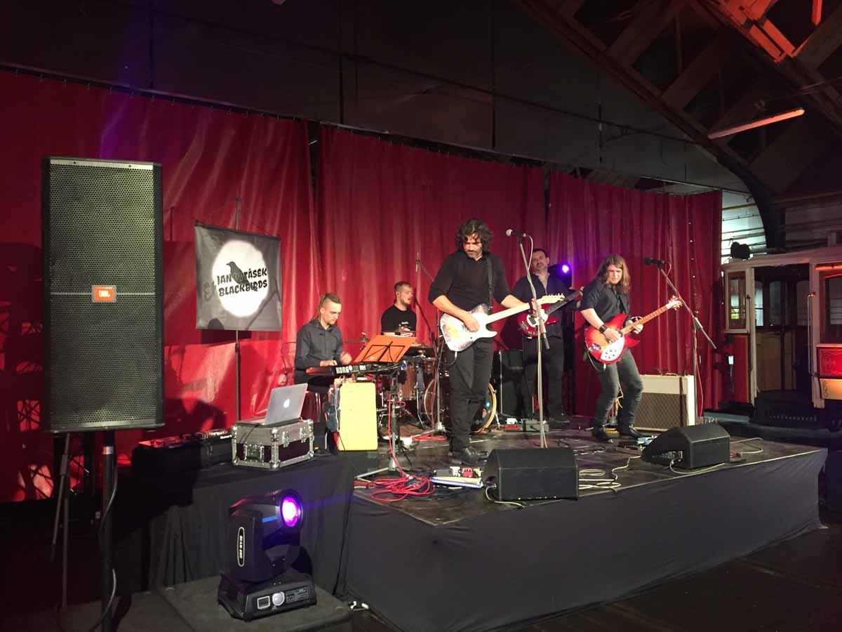 Profesionální hudební skupina baví hosty v průběhu konference a incentivního programu v Praze