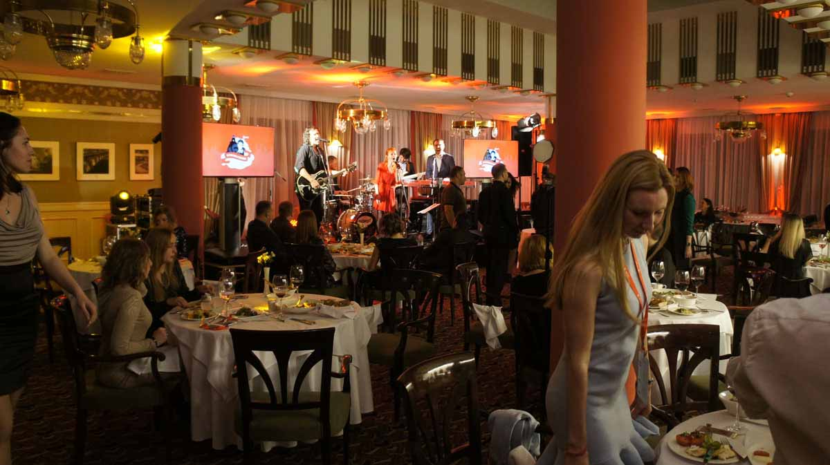 Profesionální hudební skupina byla zorganizována pro tuto incentivu v Praze