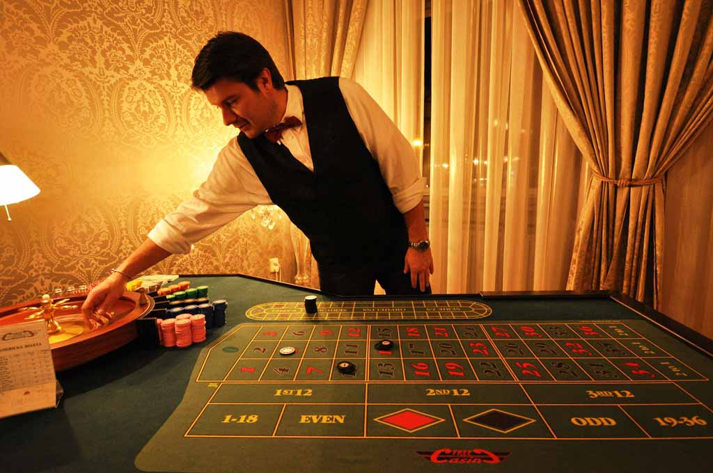 Professional croupier working by the roulette table at Prague teambuilding by Maxin PRAGUE