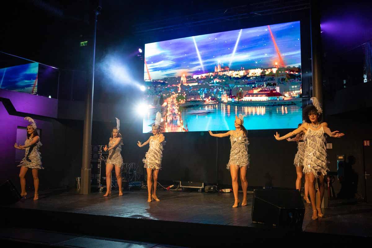 Vystoupení profesionálních tanečníků baví hosty velkého incenivního programu v Praze