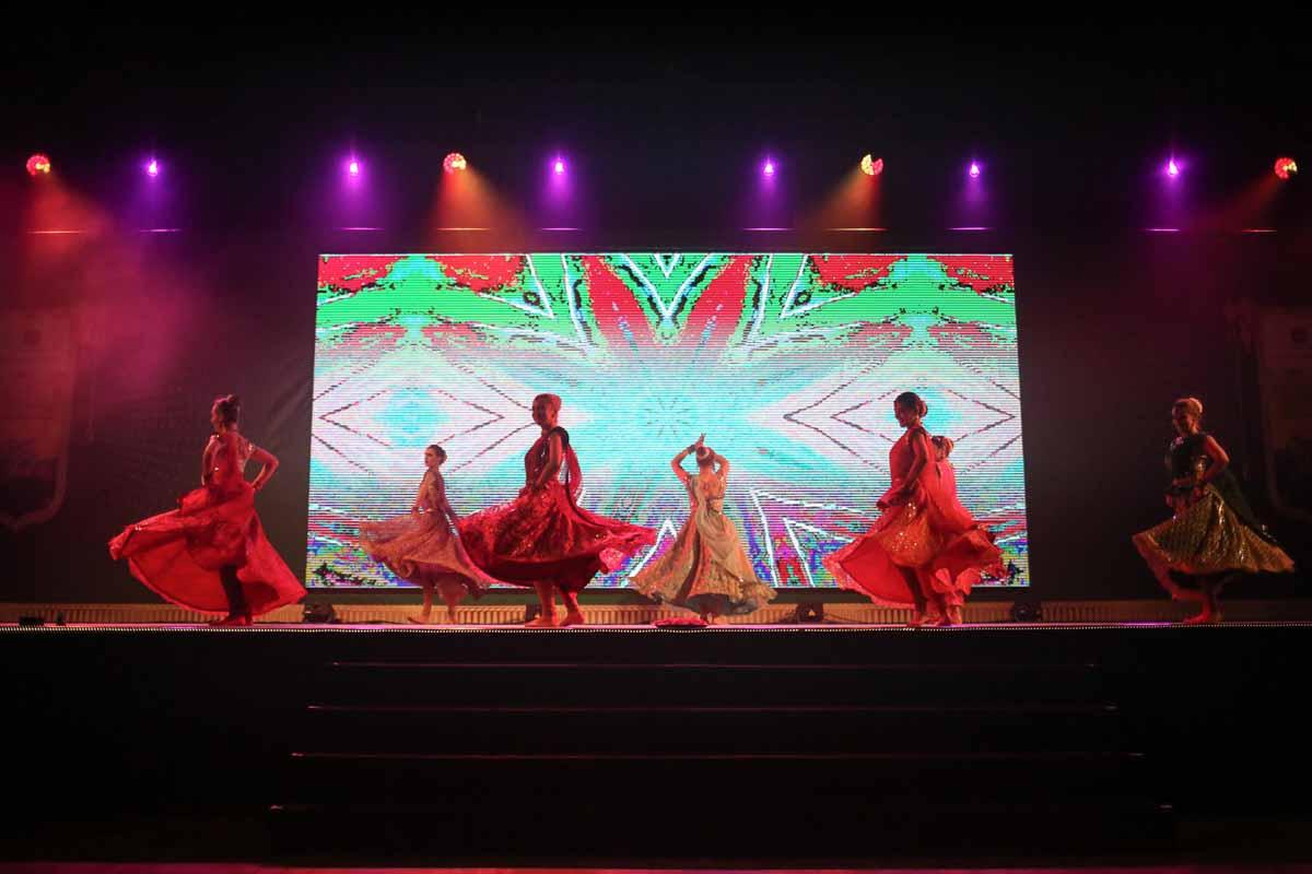 Profesionální tanečníci baví hosty konference v Praze a ceremoniálu předávání cen