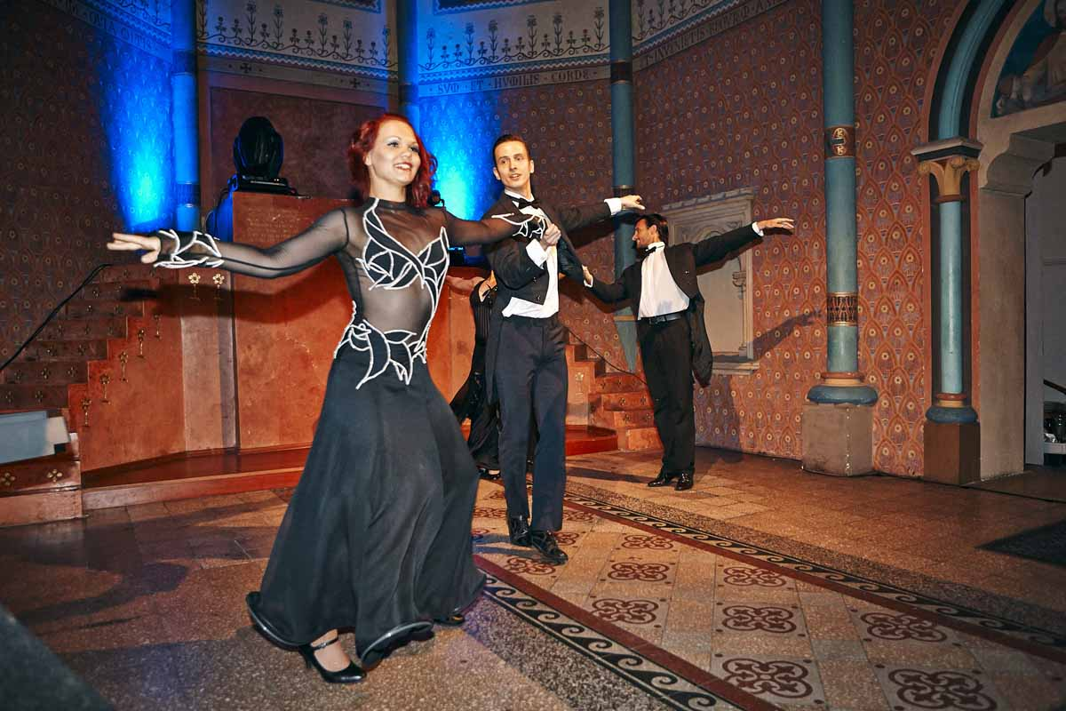 Professional dancers entertaining guests of incentive program in Prague
