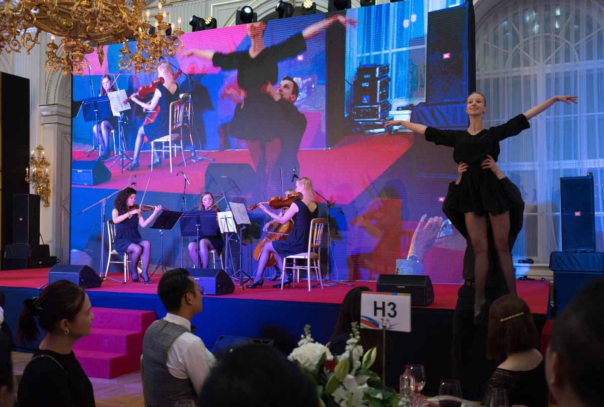 Profesionální hudebníci a tanečníci baví důležité hosty při incentivním programu v Praze
