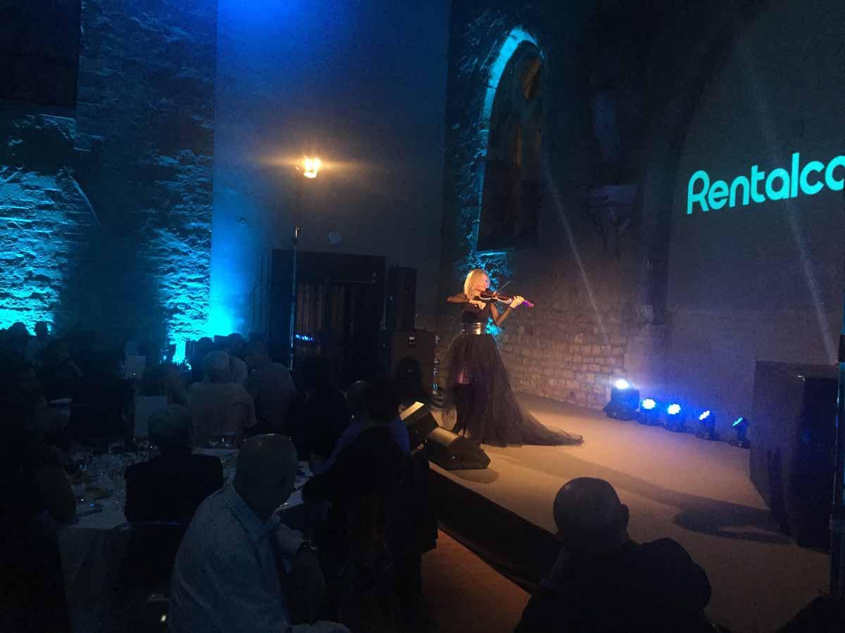 Profesionální vystoupení houslistek v průběhu konference a incentivního programu v Praze