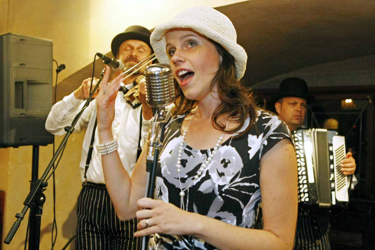Professional singers entertain social dinner guests at a Prague event