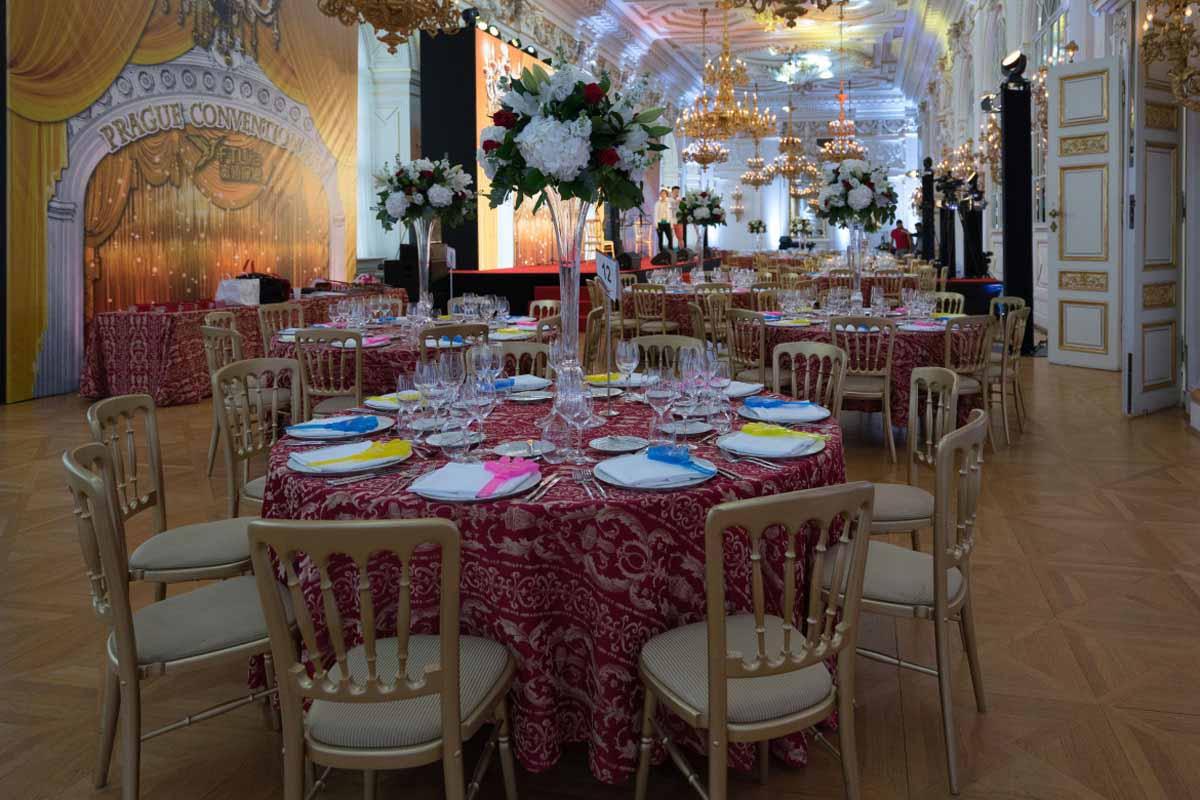 Sezení s květinovými dekoracemi pro incentivní program v Praze