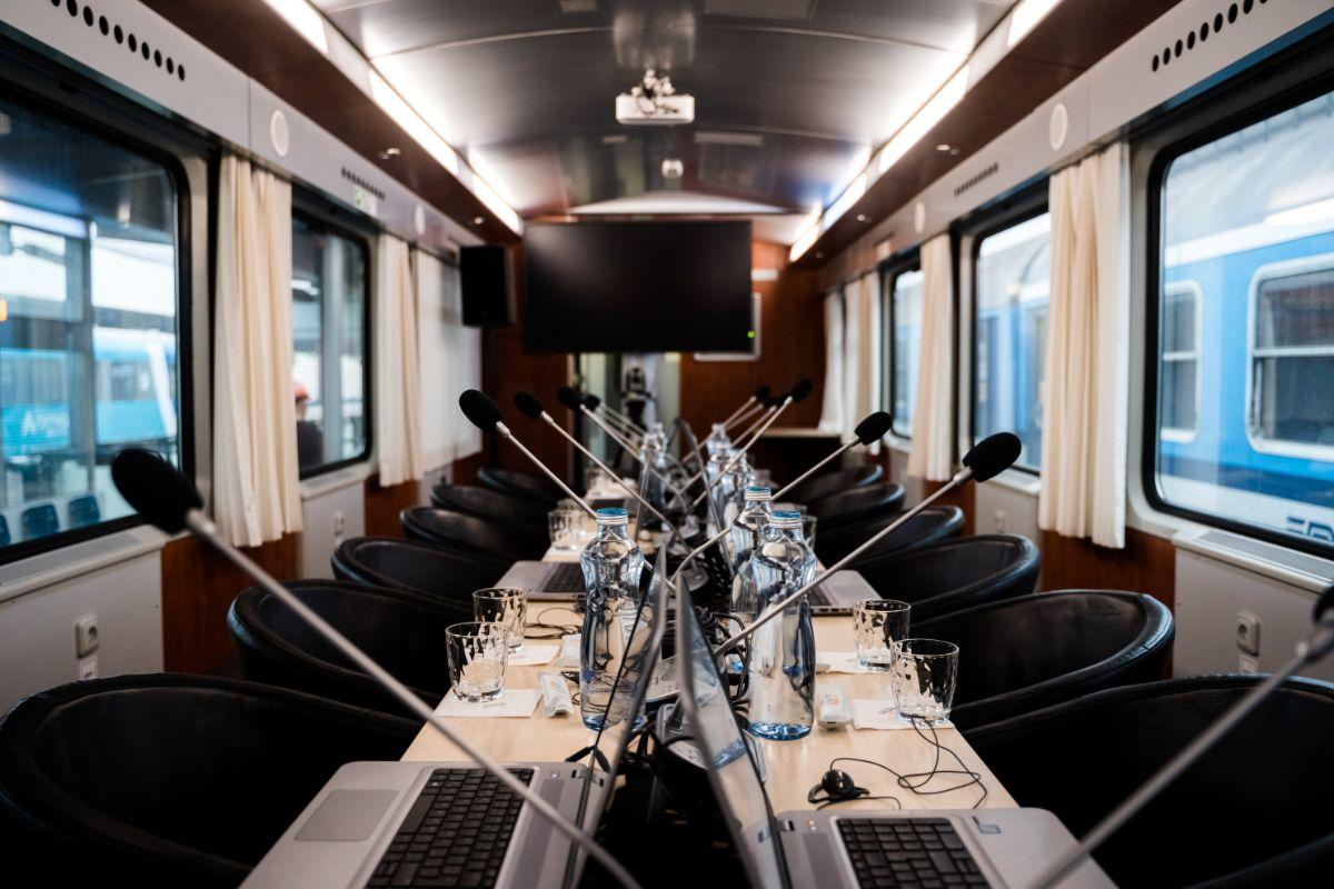 Zasedání rady na palubě konferenčního vlaku