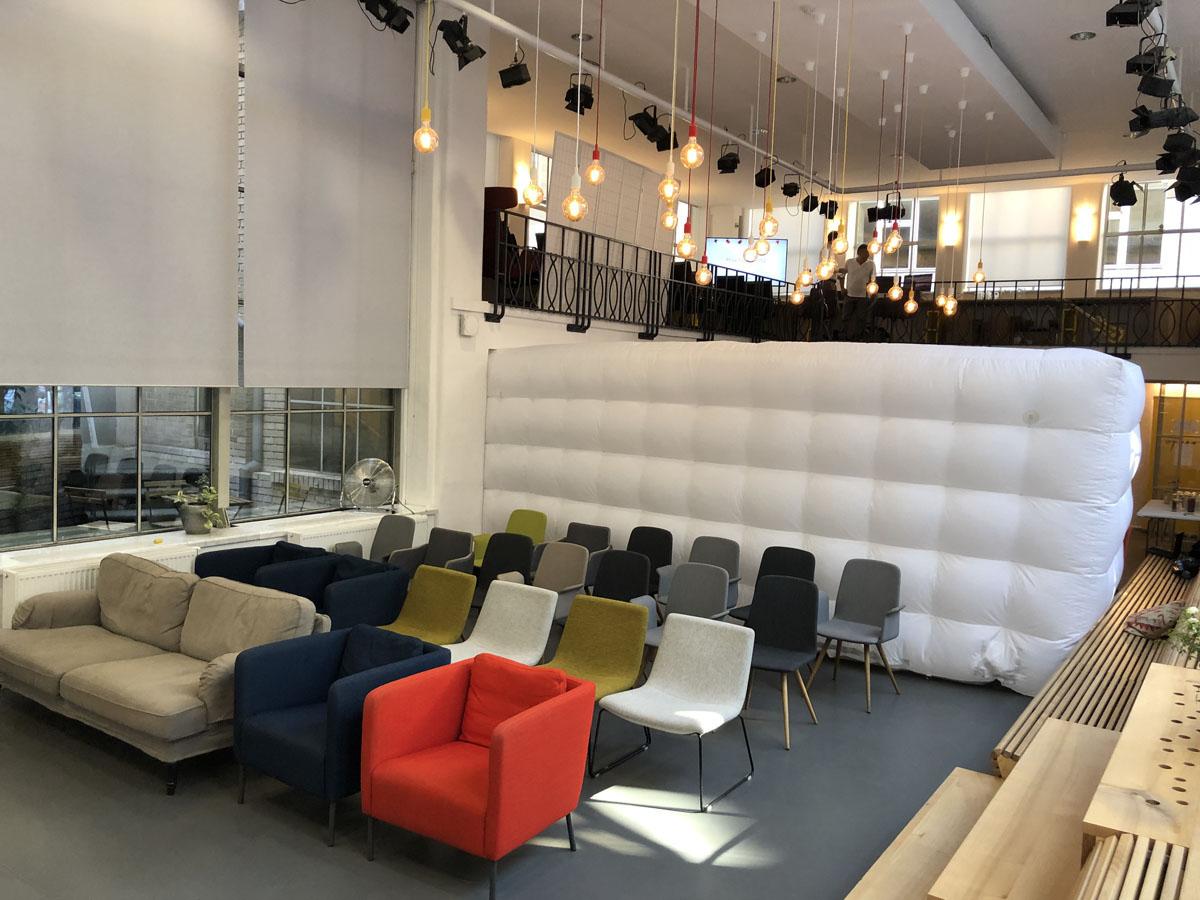 Nafukovaci zed QuickSpace instalovana v miste konani eventu v Praze